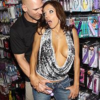 Zoccola tettona penetrata nel culo stretto in un sex shop